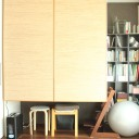 収納スペースも工夫次第でスモールオフィスに。勉強机と兼用できる快適空間