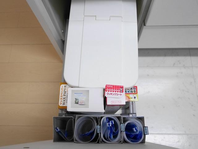 深すぎるキッチンの引き出しは100均グッズで収納力アップ! お米収納+デッドスペース活用法
