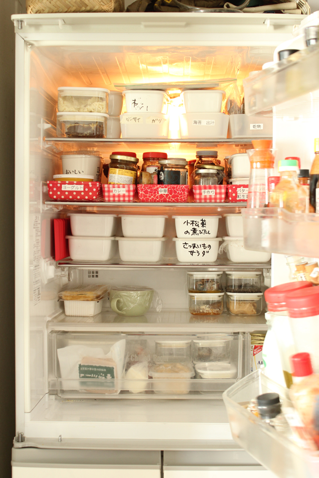 食材たくさんの冷蔵庫は小ワザをきかせてスッキリ見せる