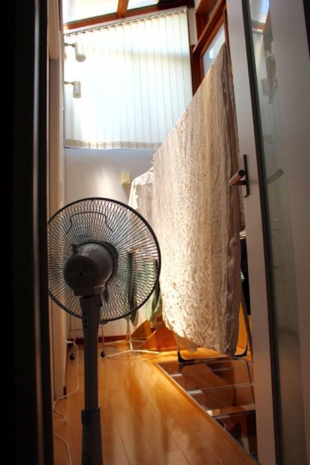 梅雨時の洗濯~室内の湿気をとばすには扇風機と窓の位置関係がポイント!