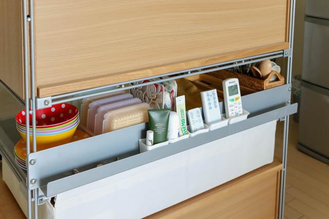 丸見えキッチンの生活感は、「無印良品」の棚で