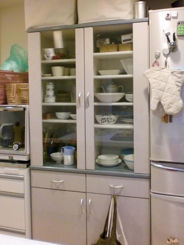 食器棚を簡単リメイク! 不器用でもできるグッズを使って便利&お気に入りに