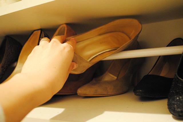 100円ショップ・つっぱり棒活用法! たった1本で靴箱の収納力が2倍に!!