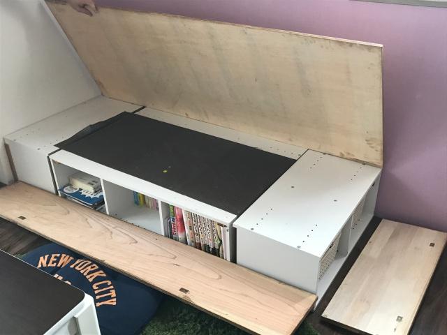 引っ越しが多くてもソファをあきらめない! 再利用できるカラーボックスで作る「収納つき3人掛けソファ」