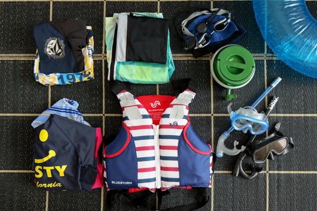 水着とプール用品の収納。100均のビニールバッグで準備も片づけも簡単に