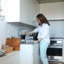 生活感を感じさせないキッチンの秘密は「見せる」と「隠す」のバランスにあった
