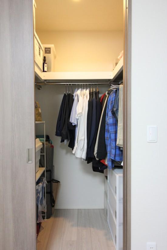 """夫のクローゼットに収めているのは""""衣類""""と""""アウトドア用品""""?!"""