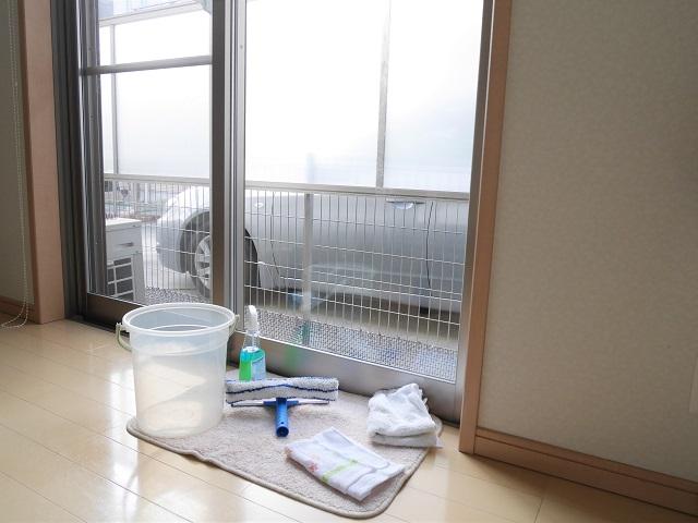 窓が16カ所、カーテンが16枚!たくさんの窓掃除をイライラせず済ませるための工夫とは?