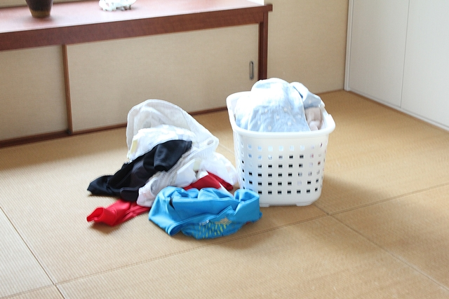 リビングのハンガーラックを使って、洗濯後の収納は家族みんなでラクな道