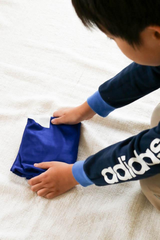 小さな子どもも自分でできる! 簡単トップスのたたみ方