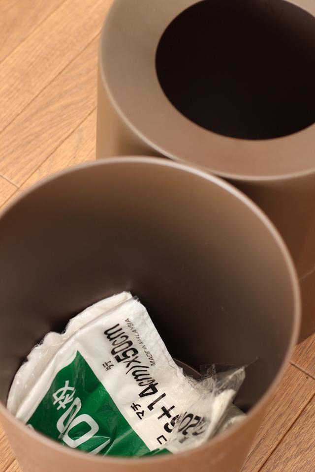 ごみ袋はごみ箱の中に収納?! ごみ袋のセットが苦にならない収納法