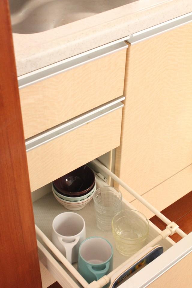 引き出し収納の強い味方! お気に入り食器棚シートで収納&掃除がラクになりました