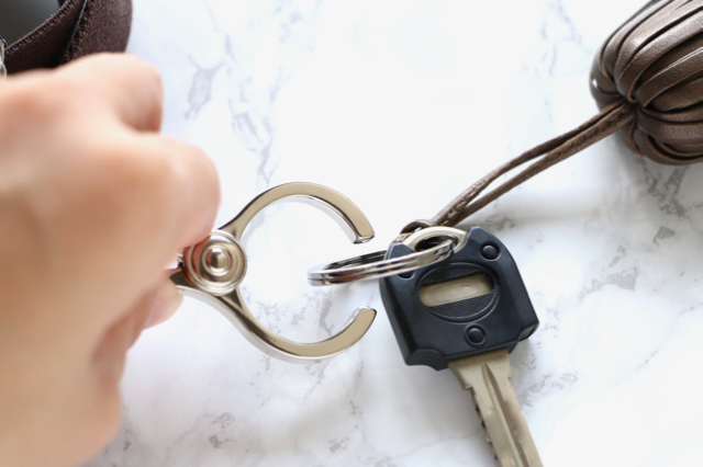 ポケットのないバッグの鍵収納。「グローブホルダー」が便利でした!