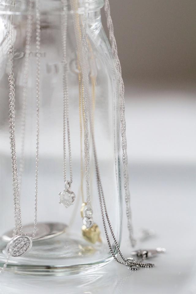 絡みやすいネックレス収納の悩みは、超ズボラなグラス収納で簡単に解決!