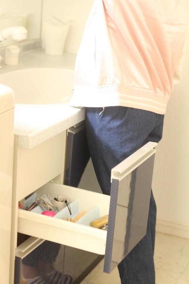 """洗面所のメイク収納を""""お年頃女子""""仕様にチェンジ。収納場所の見直しでスッキリ!"""