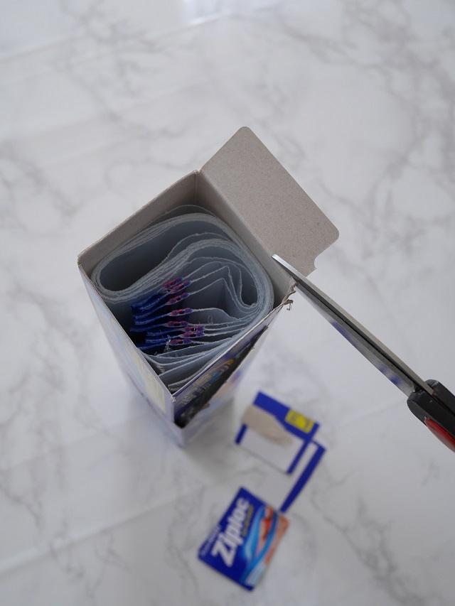 チャックつき袋を取り出しやすく収納。キッチンのデットスペースをとことん使い切る!