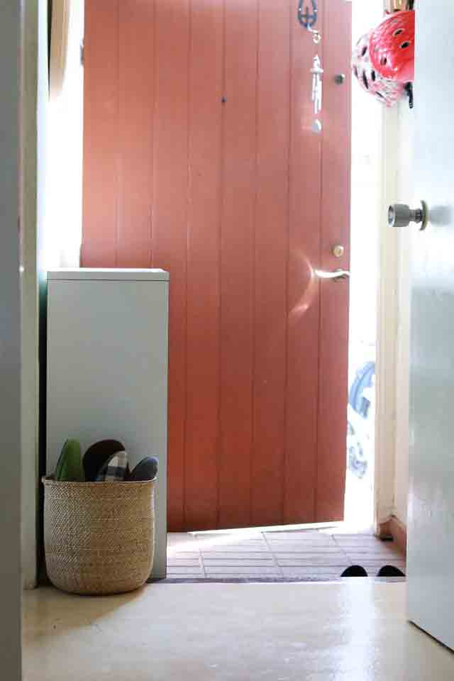 玄関が狭い!靴箱がない!そんなとき、来客用のスリッパはどこに収納すればいい?