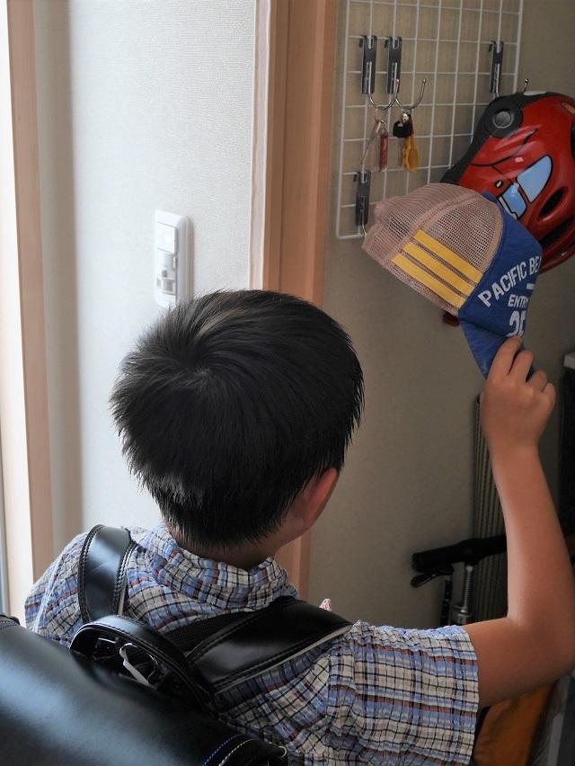 100均のワイヤーネットで玄関の壁面収納。子どもが自分でできる仕組みにも最適!