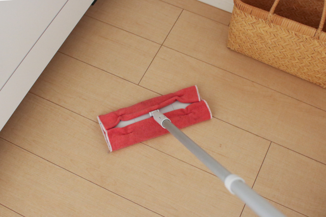 キッチンマットを使わない派必見!キッチンの床掃除の救世主とは?