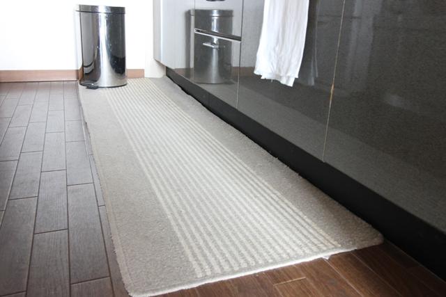 """キッチンマットいる派の理由は、""""床掃除の回数を減らしたいから""""でした"""