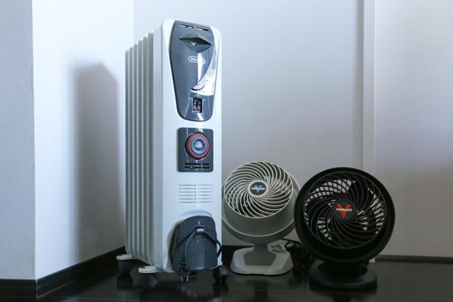 DIYで作った「季節家電棚」に、収まりのわるいヒーター&サーキュレーターをピタッと収納!