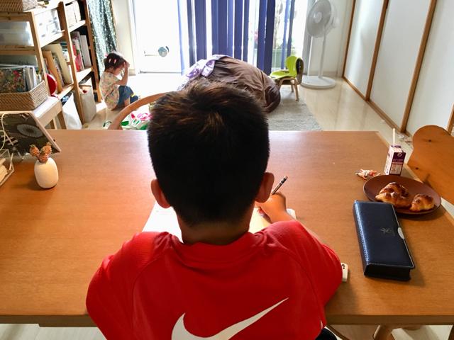 「リビング学習」ならうまくいく? 失敗から学んだ、それぞれの子に合う学習スタイル