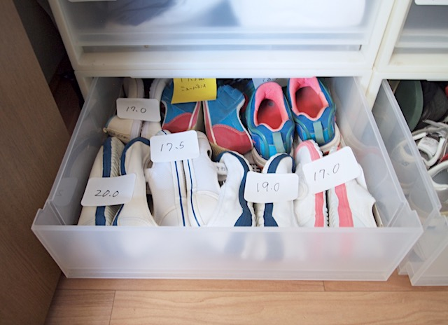 """玄関から溢れた靴の収納は、「無印良品」衣装ケースで""""スタメン扱い""""にできる!"""