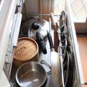 キッチンの意外な場所にデッドスペース発見! つっぱり棚で収納量アップ