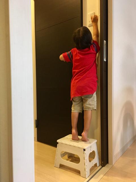 折りたたみ踏み台が4台もある家?! 安全な開き方をマスターしたら子どもの自主性がアップ!