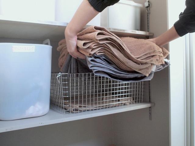タオルはたたまない!「無印良品」のバスケットで洗面所のスボラ収納が完成