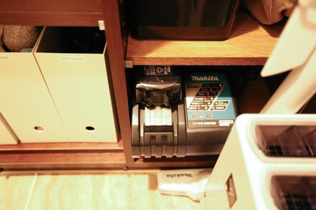 片づけのプロ3人宅のマキタのコードレス掃除機と充電器。2つの距離は5歩、10歩、0歩!?