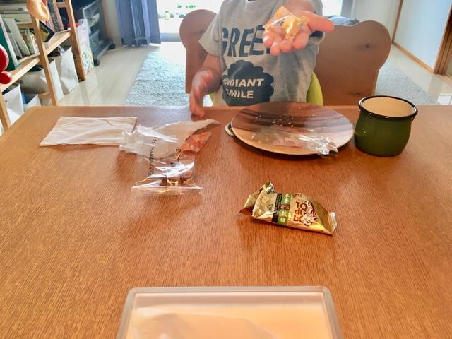 ダイニングテーブル上のごちゃつきは、ダイソーの「自立型ぷちゴミ袋」で解決!