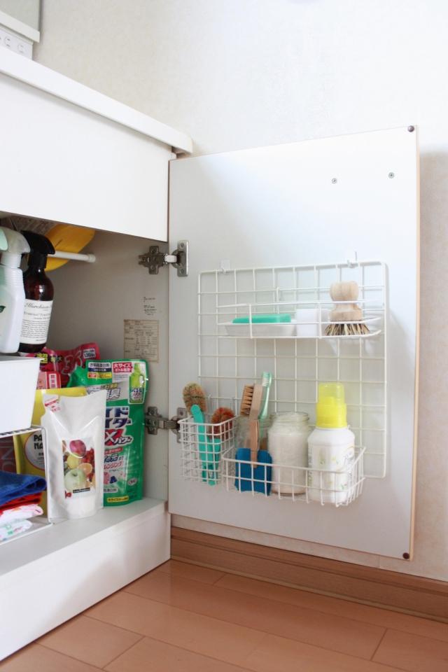 開き戸の収納には、開ければすぐに取り出せる100均のワイヤーネットがおすすめ!