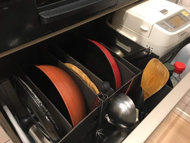 """システムキッチンの深い引き出しは、""""立たせる・浮かせる・スライドする""""でフル活用"""