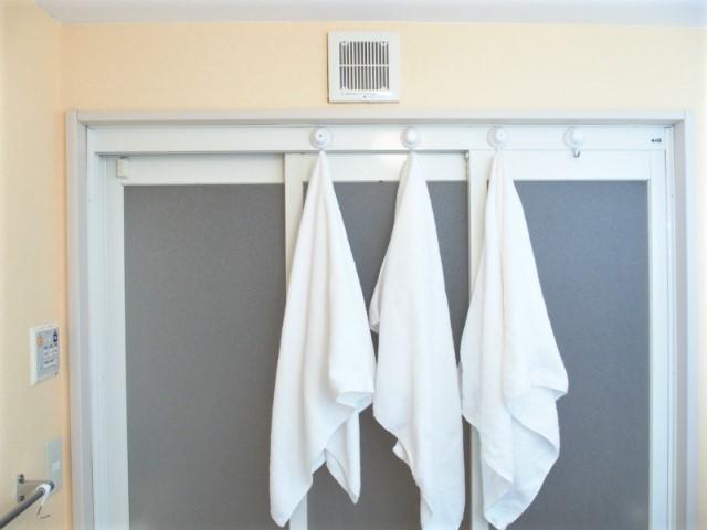 """濡れたバスタオルをちょい干ししたい!""""洗濯までに掛ける場所""""を確保して、家族の置きっぱなしを解決!"""