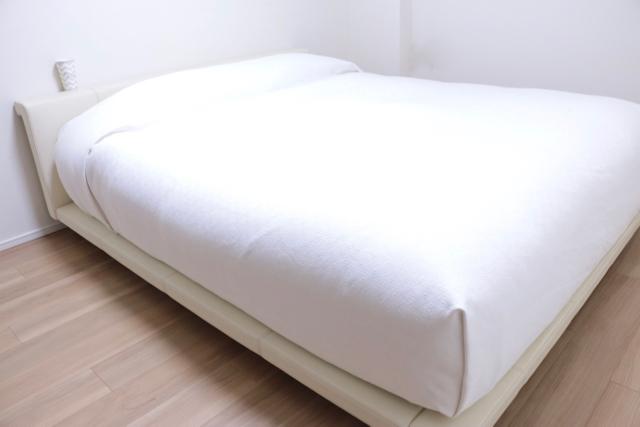 家族で一緒に寝るときのイライラ解消! 寒さも寝相もベッドカバー1枚で解決!