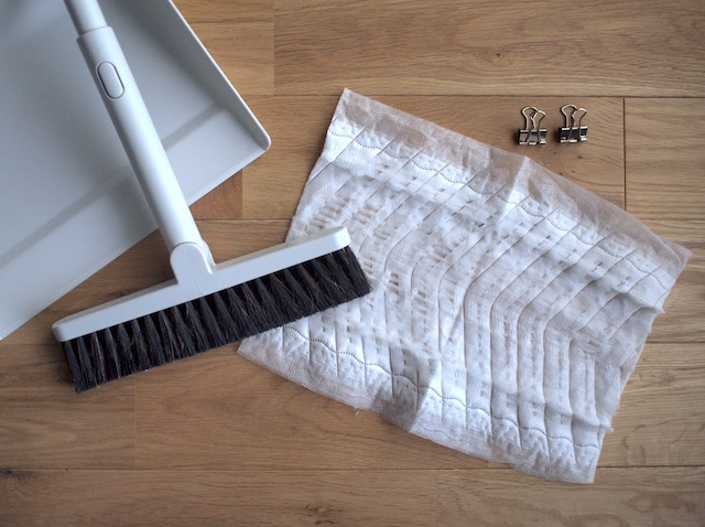 「無印良品」のほうき+フロアーシート! 砂や髪の毛が抜群に掃除しやすい合わせ技とは?
