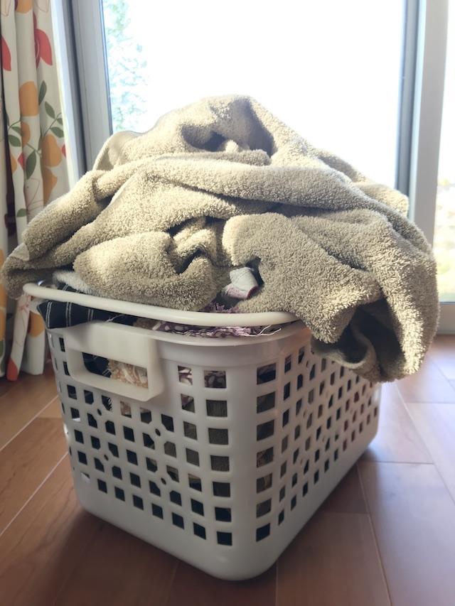 子どもと夕飯の支度が気になって洗濯物がたためない! 2つ同時に解決するアイディア
