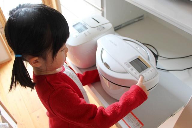 自動調理鍋「ホットクック」で、夕食前の「ママ、おなかすいた!」「遊んで~」の声を一挙に解決!