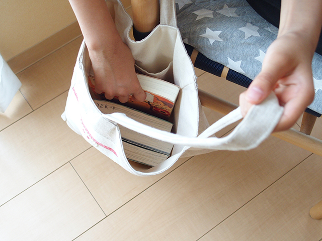 いつでも本を読む子どもになる?! 図書館から借りた本はバッグのままココに収納!