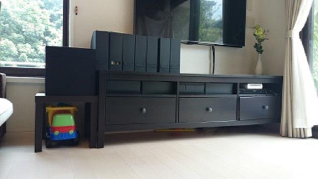 おもちゃが散らかるリビング! 子どもの「できること」から選んだ収納場所はテレビボードでした
