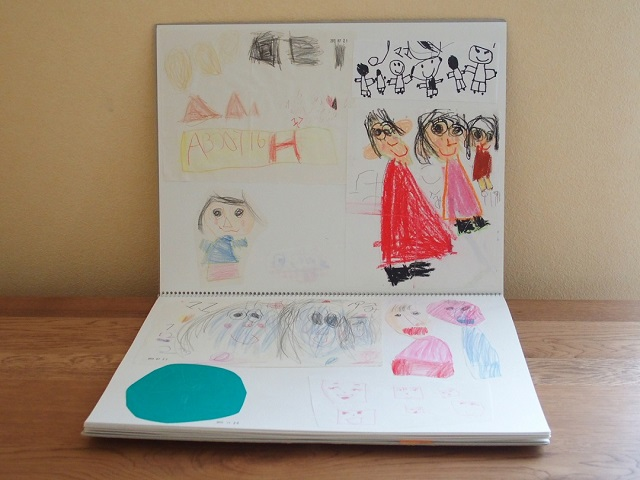 子どもからもらった手紙や絵を絵本のように見返せる♪ スケッチブック保管法