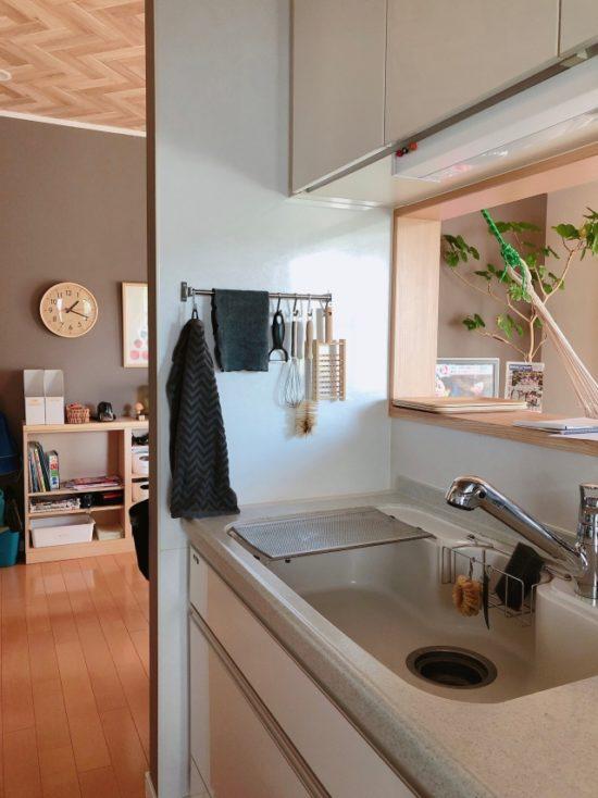 「IKEA」のレールとS字フックを使った、片手で取れるキッチンツールかけ
