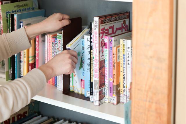 本は集めて収納?それともバラバラ? 片づけのプロ3人の本棚