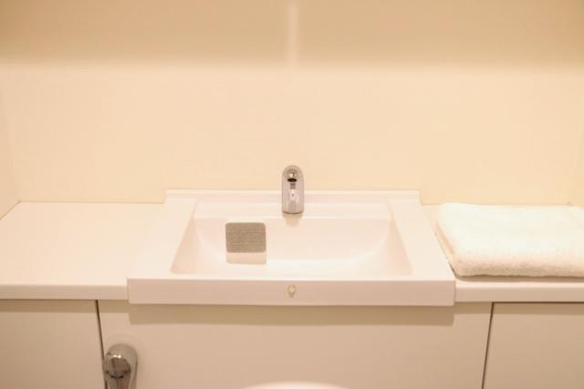 トイレの小さな洗面台掃除にぴったり!「カインズ」の貼り付くコンパクトスポンジ