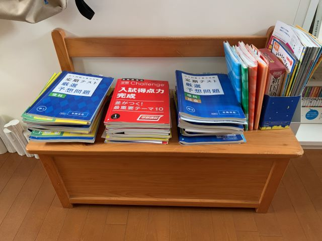 """受験準備のパンフレットや書類の山は、分けすぎない""""ざっくり収納""""が片づく秘訣"""