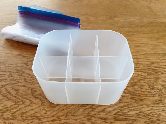 「ダイソー」の仕切り付収納ケースに立てるだけ!取り出しやすいジッパーバッグ収納