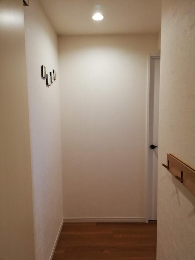 DIYで市販品の5分の1の値段に! 暗い玄関を明るく見せる大判ファブリックボードの作り方