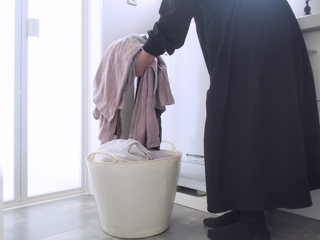 """もうリビングに洗濯物の山を作らない! """"やめる""""と洗濯家事が楽になる 4つのこととは?"""