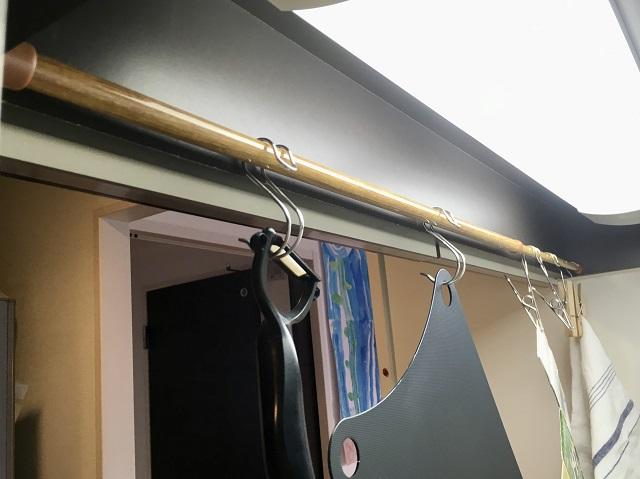 少しのスキマも見逃さない!突っ張り棒とS字フックで、収納スペースを増やす方法